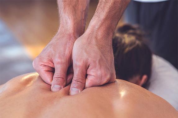 Rückenmassage durch einen Physiotherapeut
